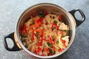 Добавляем в кастрюлю овощи