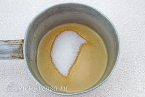 В отложенный крем добавляем сахар и варим глазурь