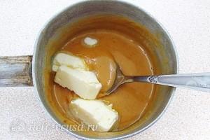 Добавляем сливочное масло и перемешиваем глазурь