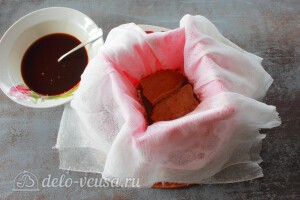 Кладем слой печенья савоярди размоченного в кофе