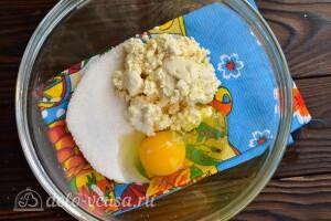 Соединяем творог, яйцо, соль и сахар