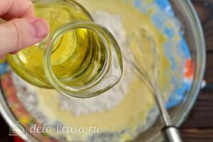 Вливаем растительное масло и перемешиваем тесто
