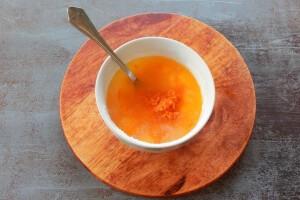 Снимаем с апельсина цедру и выдавливаем сок