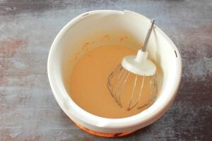Соединяем творожную массу, сахар и взбитые яйца