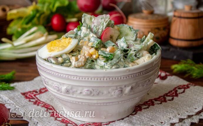 Весенний салат из свежей зелени с редиской и кукурузой