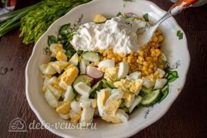 Соединяем в салатнике все ингредиенты и заправляем сметаной