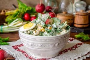 Весенний салат из свежей зелени с редиской и кукурузой готов