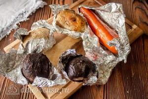 Заворачиваем овощи в фольгу и выпекаем до готовности в духовке