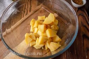 Чистим и режем остывшую картошку кубиками