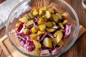Добавляем порезанные огурцы и лук в салатник