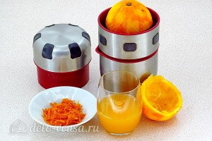 С апельсина снимаем цедру и выдавливаем сок