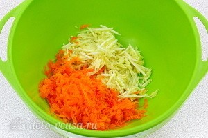 Соединяем яблоки и морковь