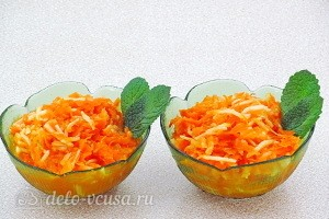 Сладкий салат из моркови и яблок с апельсиновым соусом готов