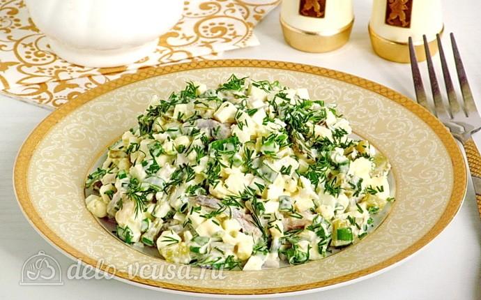 Яичный салат с огурцом и сельдью
