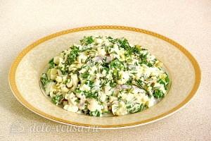 Яичный салат с огурцом и сельдью готов