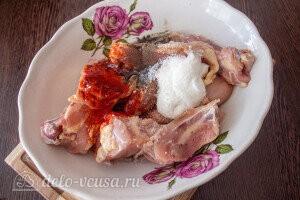 Соединяем курицу и специи по вкусу