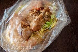 Добавляем к овощам в рукав маринованную курицу