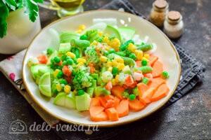 Добавляем смесь замороженных овощей