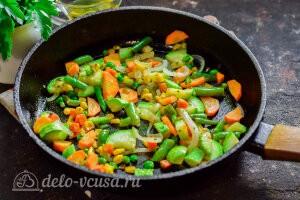 Обжариваем все овощи на разогретой сковороде в течение 5 минут