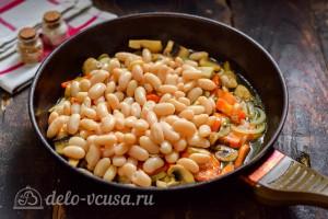Добавляем фасоль к овощам