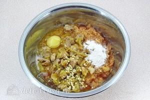 Соединяем картошку, мясо, яйцо и специи