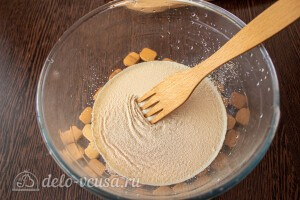 Соединяем теплое молоко, соль, сахар и сухие дрожжи