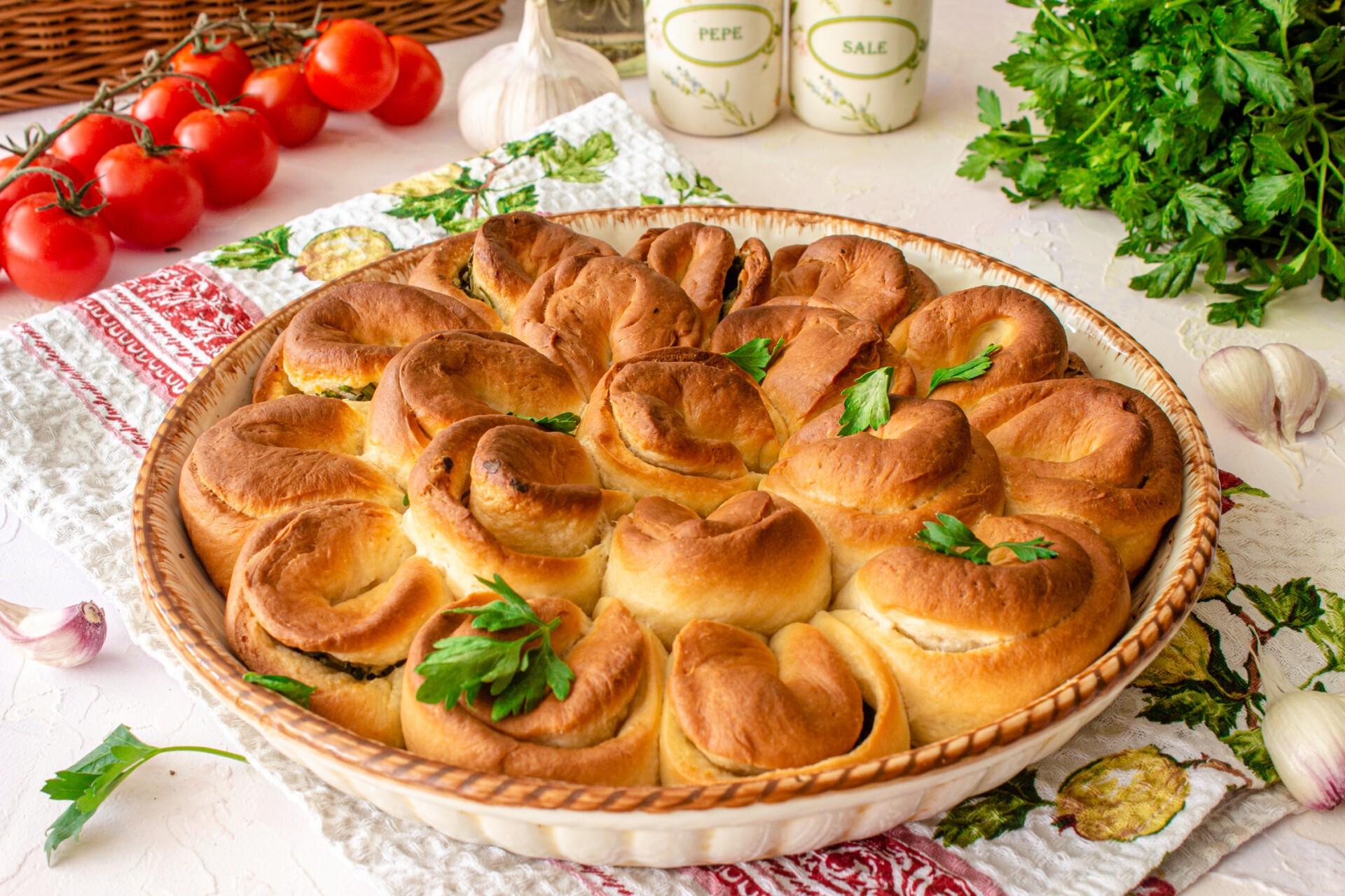 Отрывной пирог с чесноком и зеленью готов