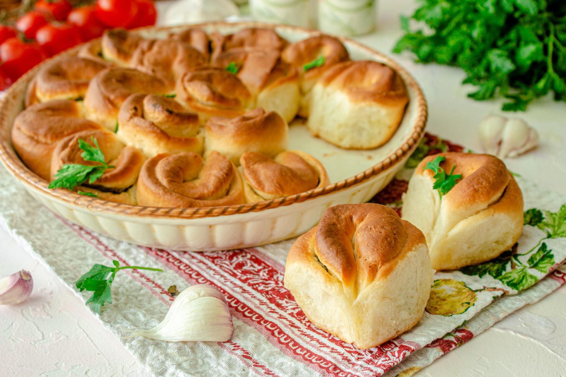 Отрывной пирог с чесноком и зеленью