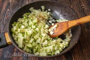 Обжариваем лук, чеснок и кабачок