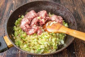 Добавляем мясной фарш к кабачкам