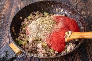 Добавляем томатный соус и специи