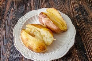 Готовый картофель надрезать до середины