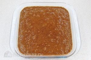 Выливаем смесь в форму смазанную маслом