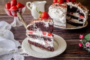 Шоколадный торт с клубникой и сливками готов