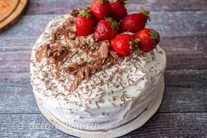 Украшаем торт тертым шоколадом и свежими ягодами