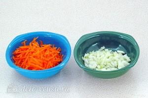 Морковь трем на терке, а лук режем небольшими кубиками