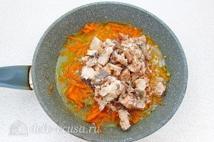 Консервы добавляем к морковке и луку