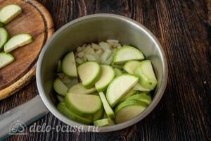 Слегка обжариваем лук, чеснок и кабачки на растительном масле прямо в сотейнике
