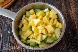 Добавляем картошку в сотейник к овощам