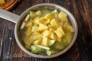Заливаем бульоном, добавляем специи и соль и варим до полной готовности картошки