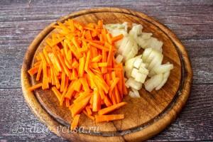 Лук и морковь мелко режем