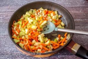 Добавляем чеснок к овощам и тушим 30 секунд