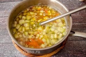 Овощную заправку отправляем в кастрюлю к картошке
