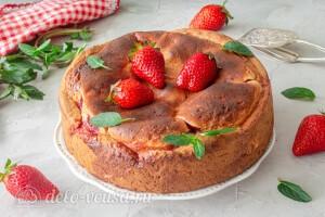 Даем остыть готовому пирогу и вынимаем из формы