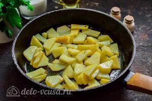 На сковороде обжариваем картошку