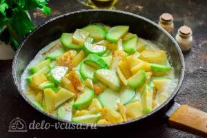 Добавляем сливки и специи и тушим овощи до готовности