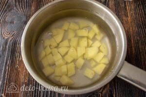 Картошку порезать кубиками и положить в кастрюлю с водой