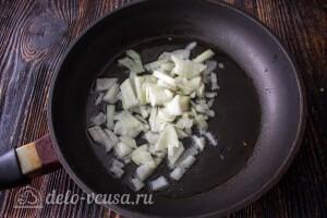 Репчатый лук режем кубиками и жарим на сковороде