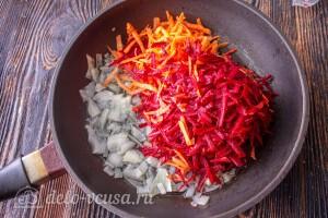Добавляем к луку морковь и свеклу