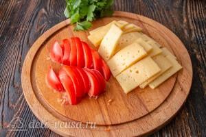 Режем сыр и помидоры, зелень моем